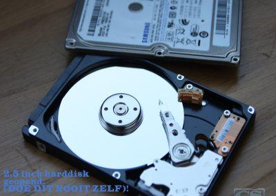 """2,5"""" harddisk met de top cover verwijderd"""