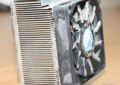 Desktop ventilator met koelblok en veel stof